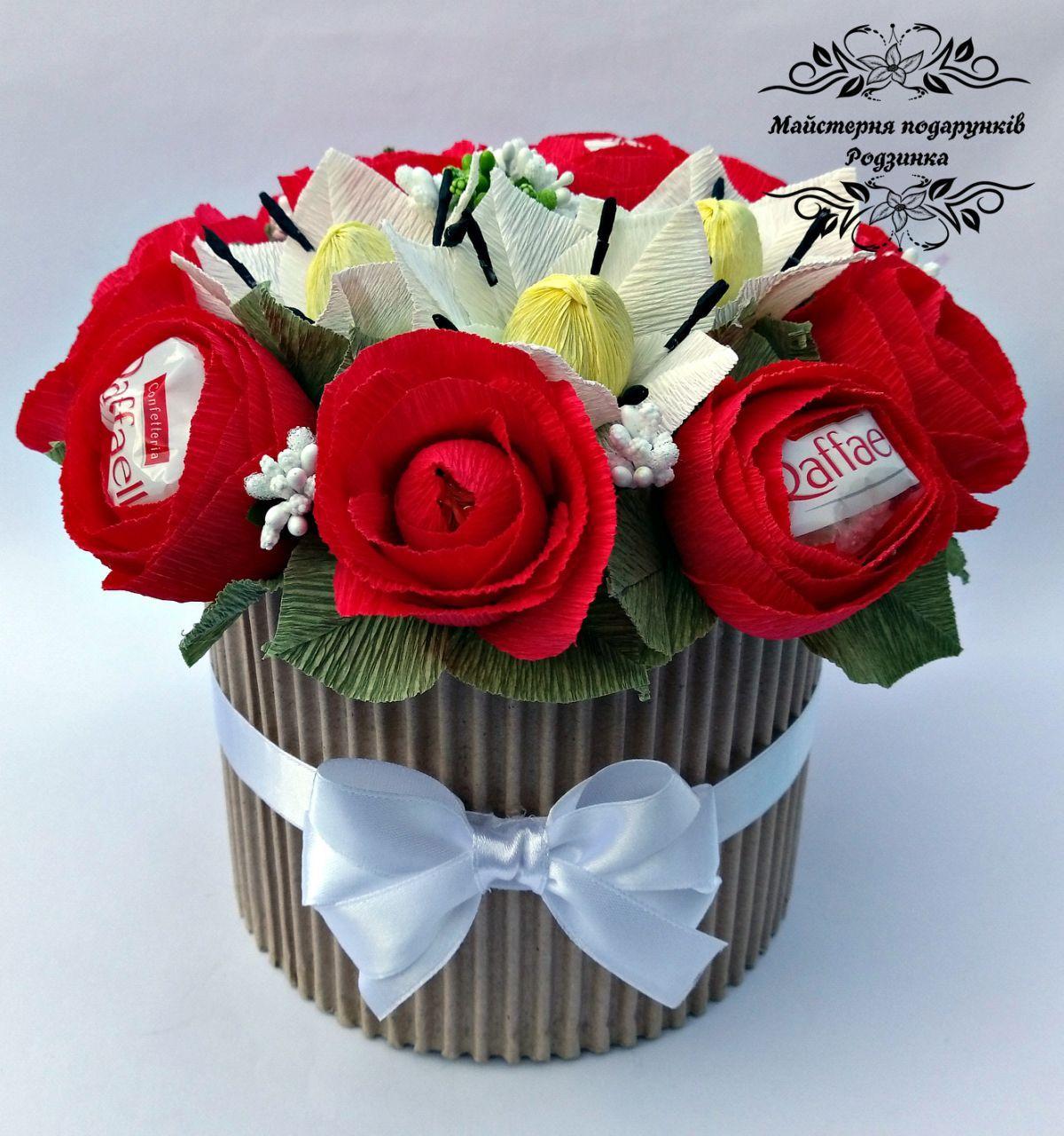 Подарунок жінці. Солодкий  букет з цукерок Троянди з ліліями в коробці.