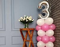 """Композиція з повітряних кульок """"Стійка з цифрою 3"""" рожево-біла"""