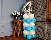 """Композиція з повітряних кульок """"Стійка з цифрою 4"""" біло-блакитна"""