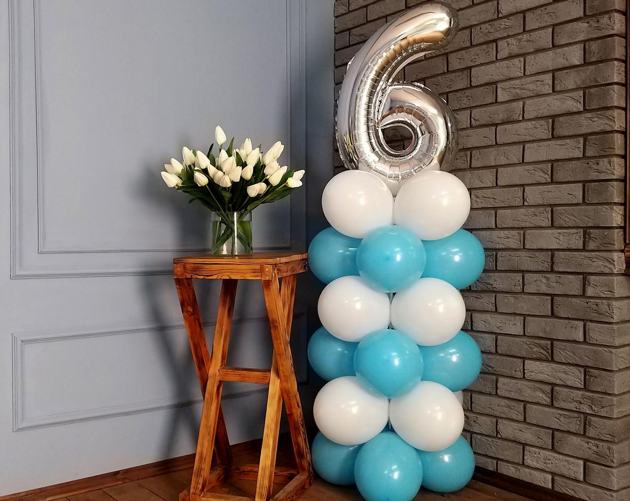 """Композиция с воздушных шариков """"Стойка с цифрой """"6"""" бело-голубая на день рождения мальчику"""