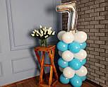 """Композиция с воздушных шариков """"Стойка с цифрой """"7"""" бело-голубая на день рождения мальчику, фото 4"""