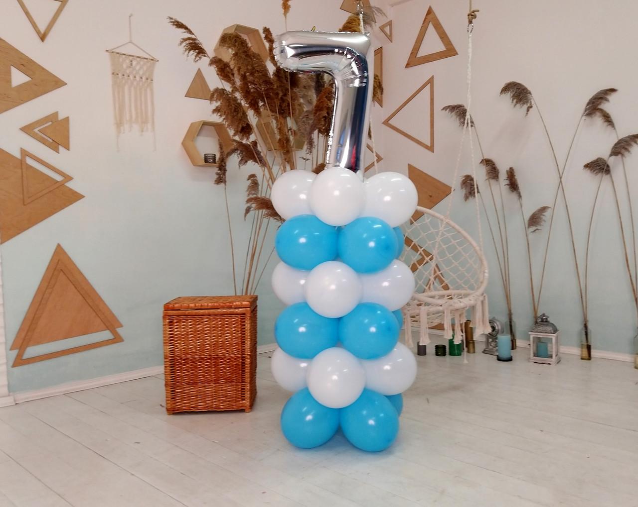 """Композиция с воздушных шариков """"Стойка с цифрой """"7"""" бело-голубая на день рождения мальчику"""