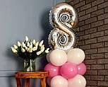 """Композиция с воздушных шариков """"Стойка с цифрой """"8"""" (бело-розовая), фото 4"""