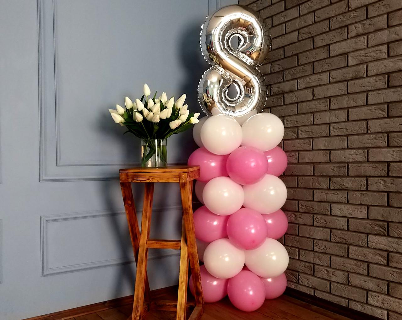 """Композиция с воздушных шариков """"Стойка с цифрой """"8"""" (бело-розовая)"""