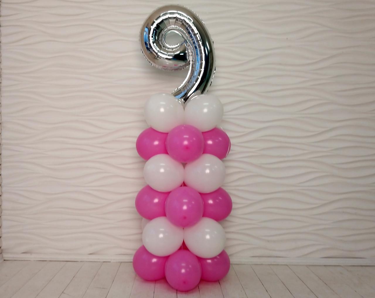"""Композиция с воздушных шариков """"Стойка с цифрой """"9"""" (бело-розовая)"""