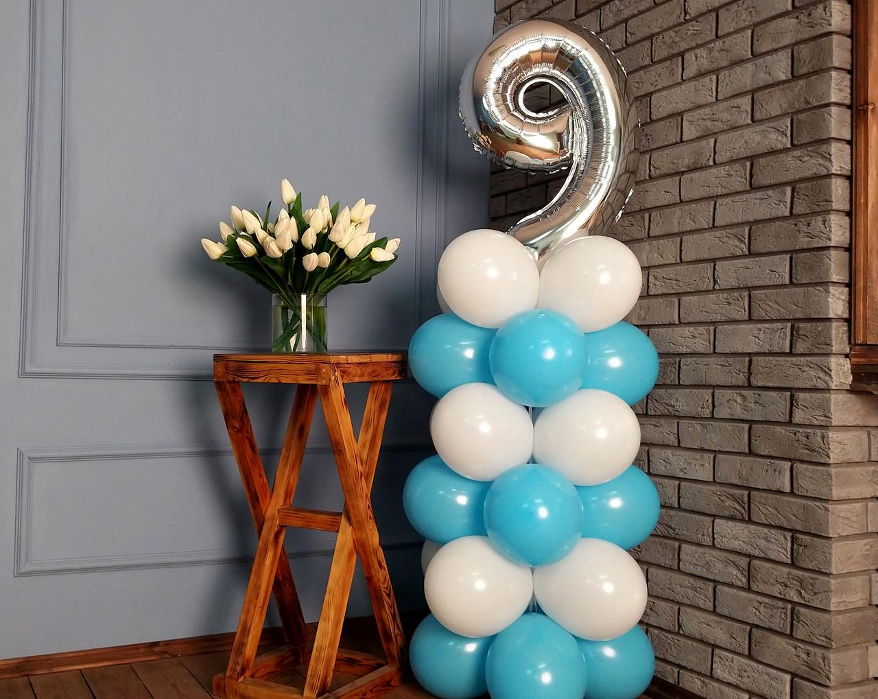"""Композиція з повітряних кульок """"Стійка з цифрою """"9"""" біло-блакитна на день народження хлопчика"""