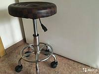 Стул мастера маникюра и педикюра клетка коричневый с подъемником на колесиках