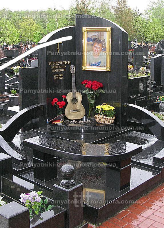 Памятник гитаристу №13