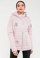 Демисезонная женская короткая куртка с нашивками в нежных оттенках Modniy Oazis розовая 90279/1