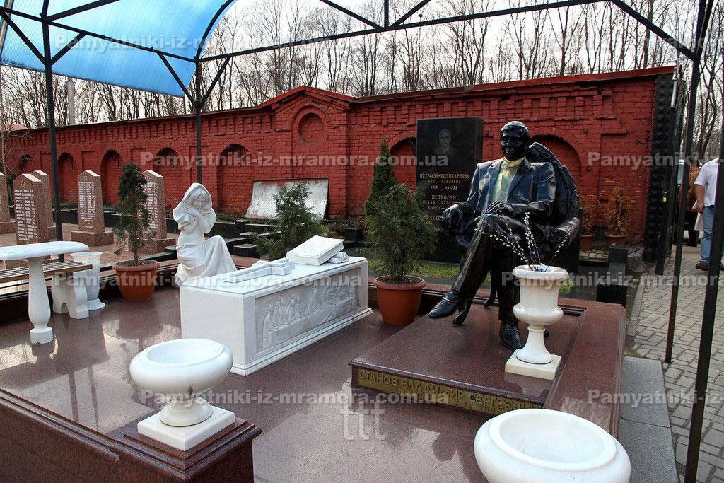 Скульптура в полный рост сидящего в кресле человека из бронзы