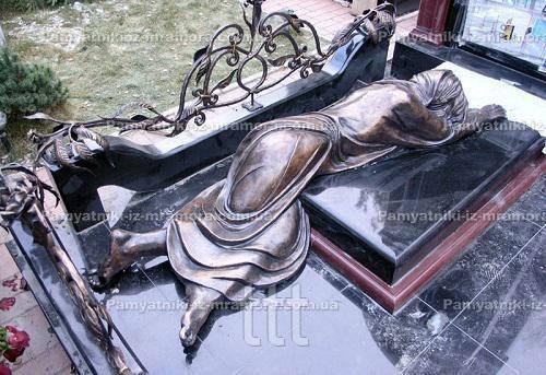 Скульптура матери из бронзы - оплакивающая сына