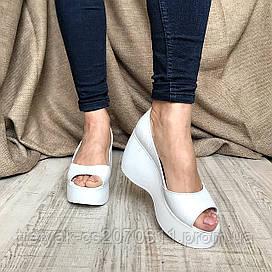 Модные  женские туфли  на платформе  белого цвета с открытым носком