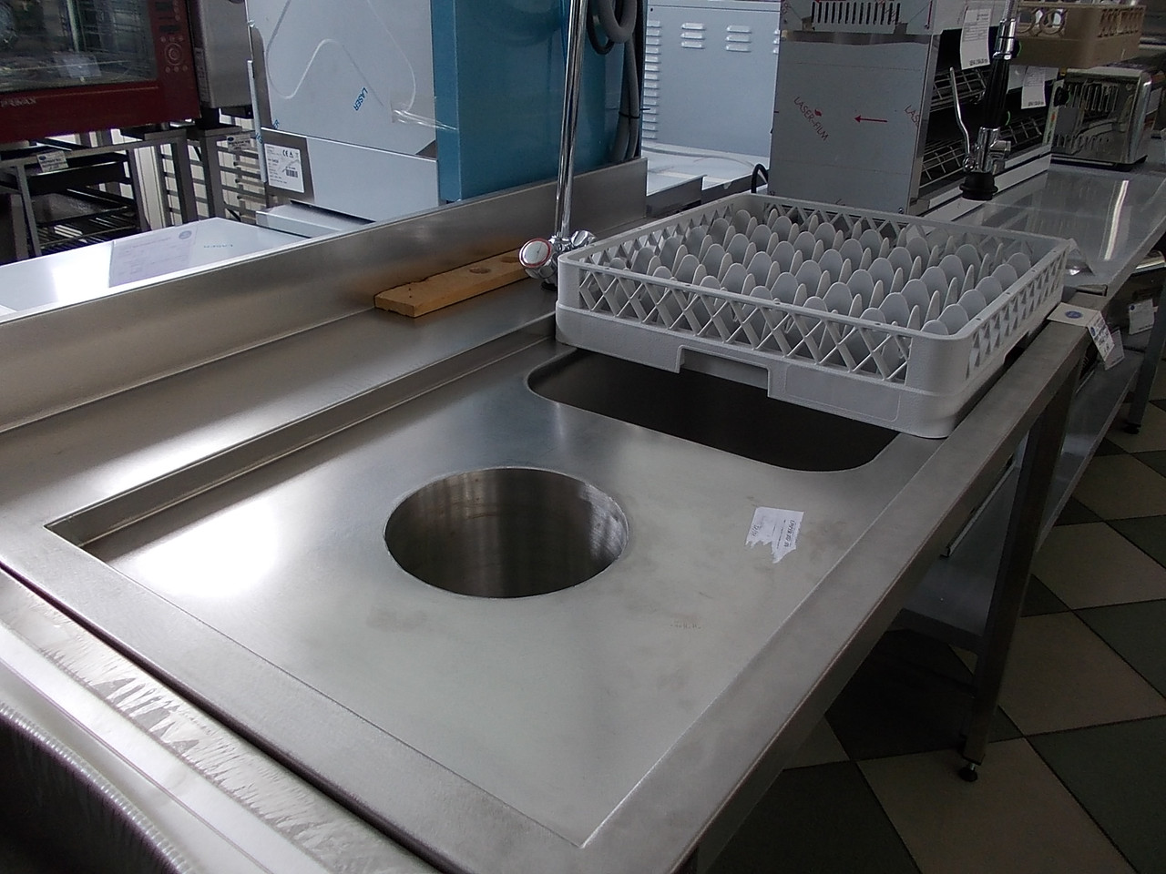 Стол производственный с ванной и отверстием для отходов для посудомоечной машины