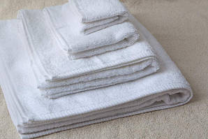 Полотенца махровые для гостиниц : банное , лицевое и коврики для ног.