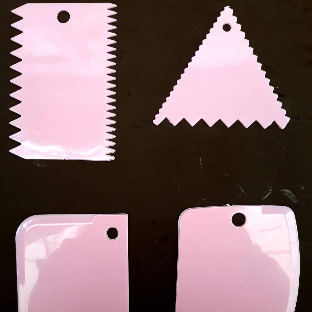 Набір пластикових кондитерських шпателів для роботи з кремом.