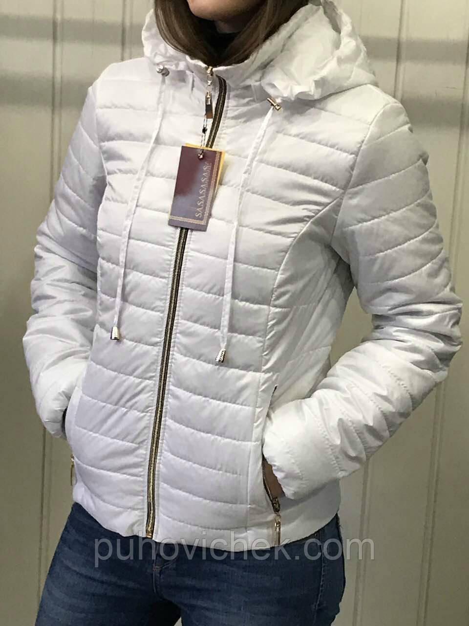 Весенняя женская куртка белая с капюшоном