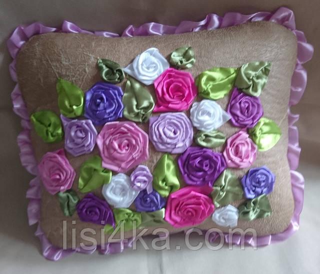 Интерьерная подушка с вышивкой лентами в сиреневых тонах