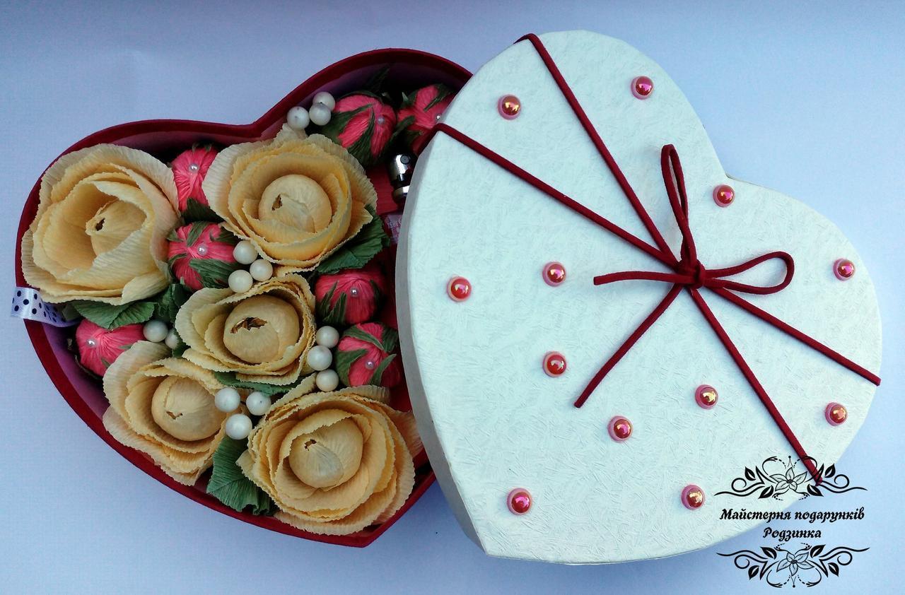 Подарунковий солодкий Світ бокс серце з квітами із цукерок.
