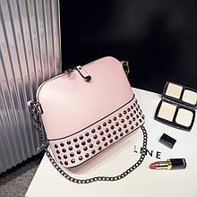 Женская сумочка через плечо с заклепками розовая