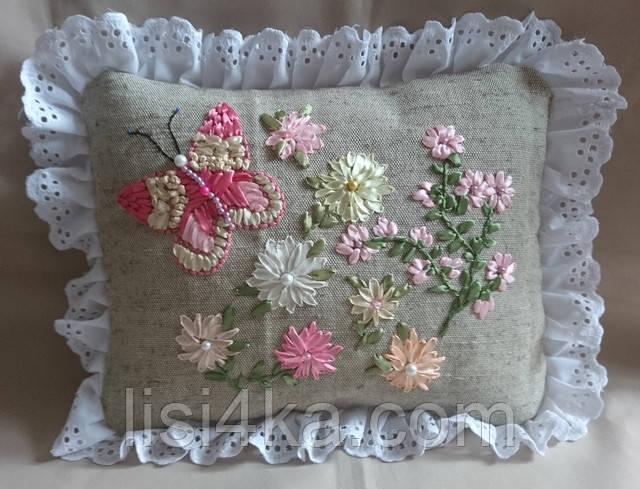 Интерьерная подушка с вышивкой лентами в розовых тонах
