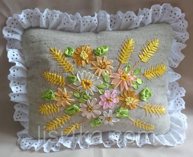 Интерьерная подушка с вышивкой лентами с цветами и пшеничными колосьями