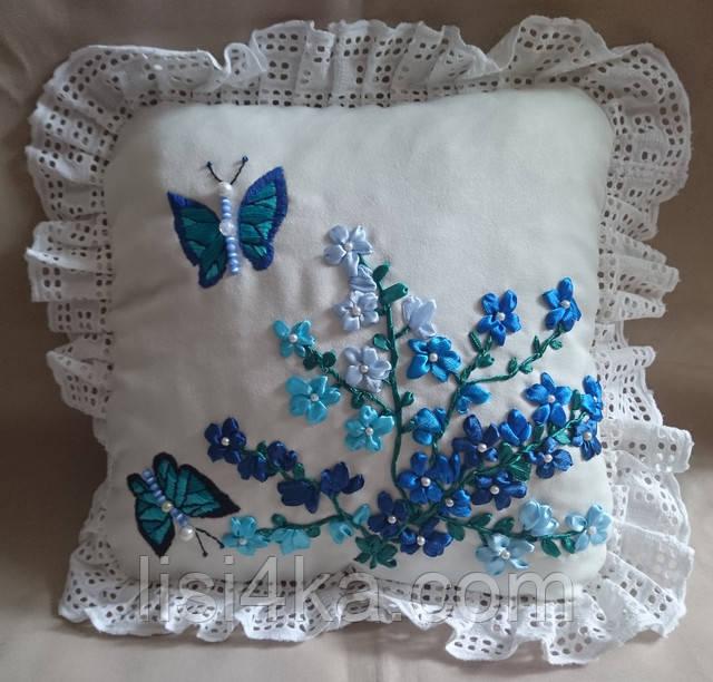 Интерьерная подушка с вышивкой лентами с синими цветами и бабочками