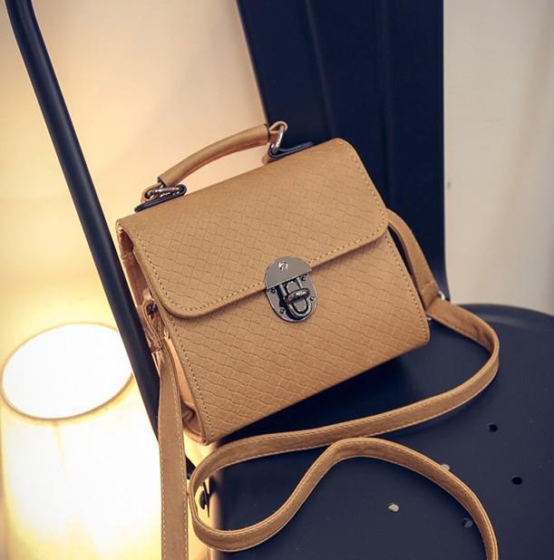 Жіноча маленька сумочка на металевій заклепці коричнева