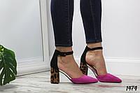 Красивые женские туфли с леопардовым каблуком .