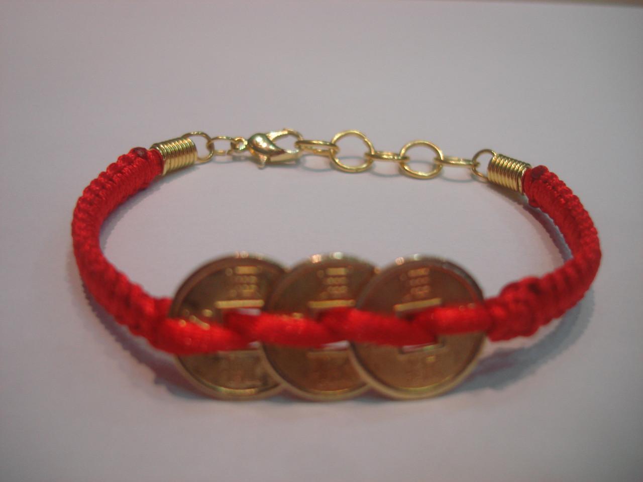 Красная нить с тремя монетами