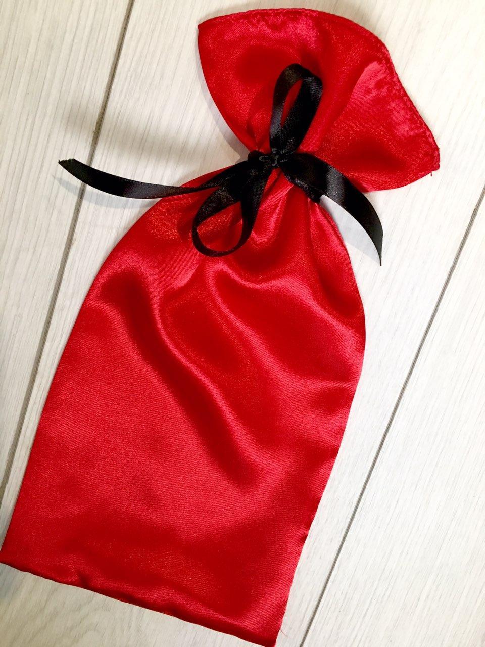 Красная сумочка для упаковки и хранения пижам и белья.