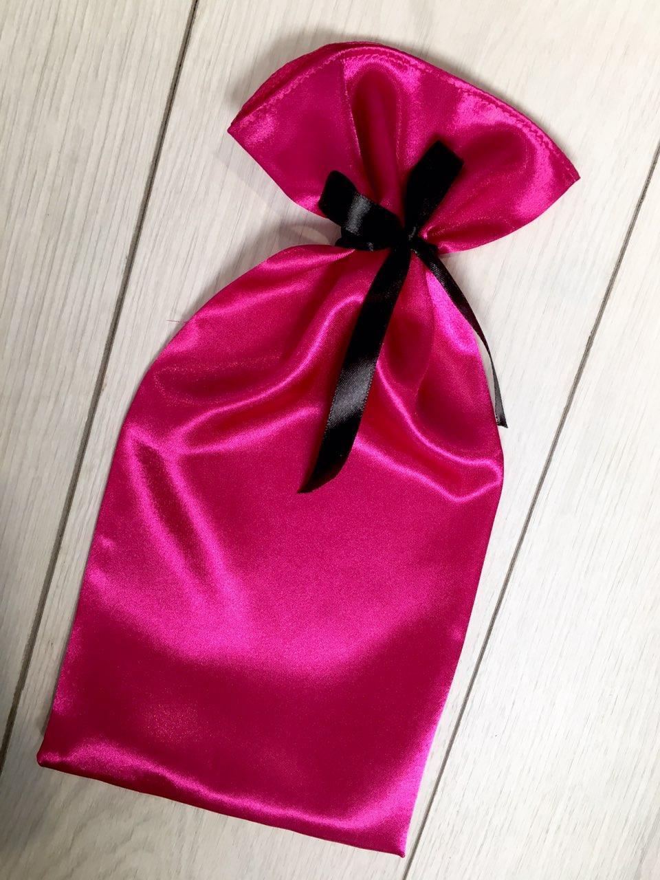 Малиновая сумочка для упаковки и хранения пижам и белья.