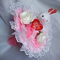 Белый плюшевый зайка с сердечком,букет из игрушек