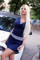 Короткое синее платье со вставкой в полоску на поясе и воротник хомут