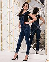 Женский джинсовый комбинезон с подкатом на брюках