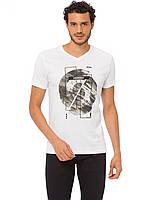 Біла чоловіча футболка LC Waikiki / ЛЗ Вайкікі з V-подібним вирізом і малюнком на грудях, фото 1