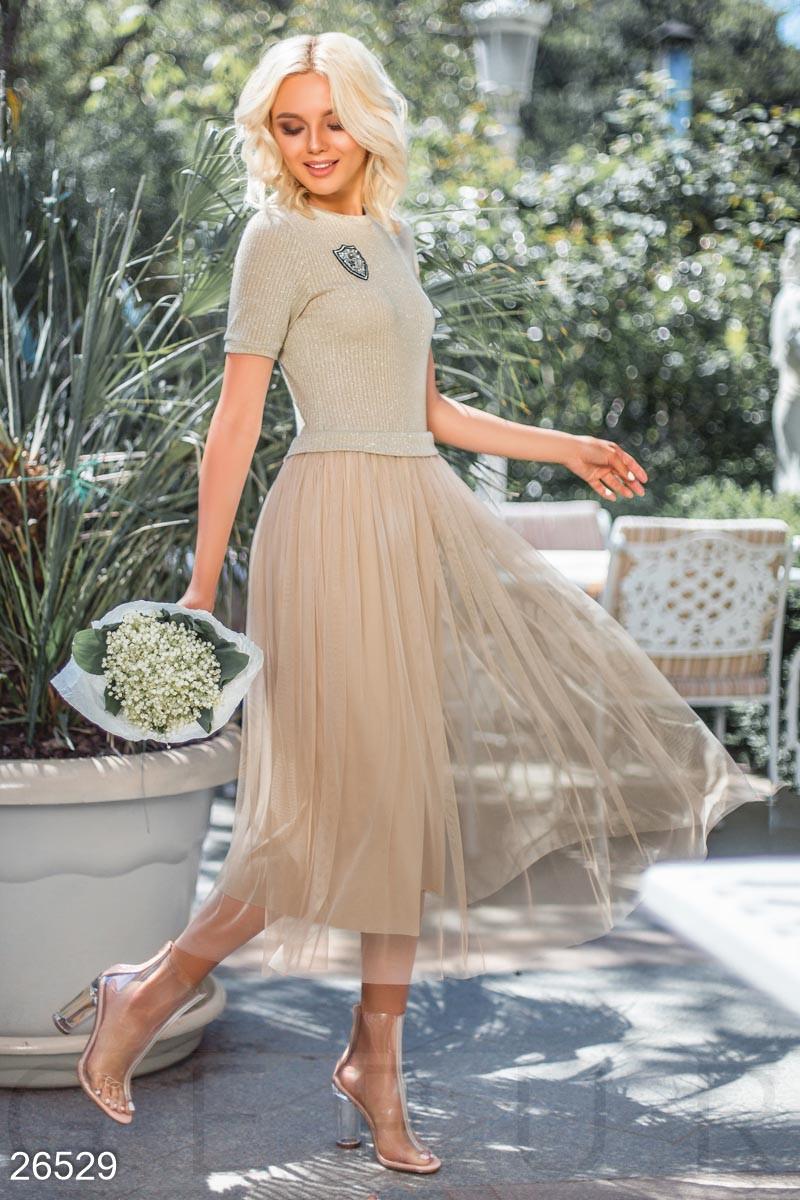 Бежевое платье миди из трикотажа с воздушной юбкой
