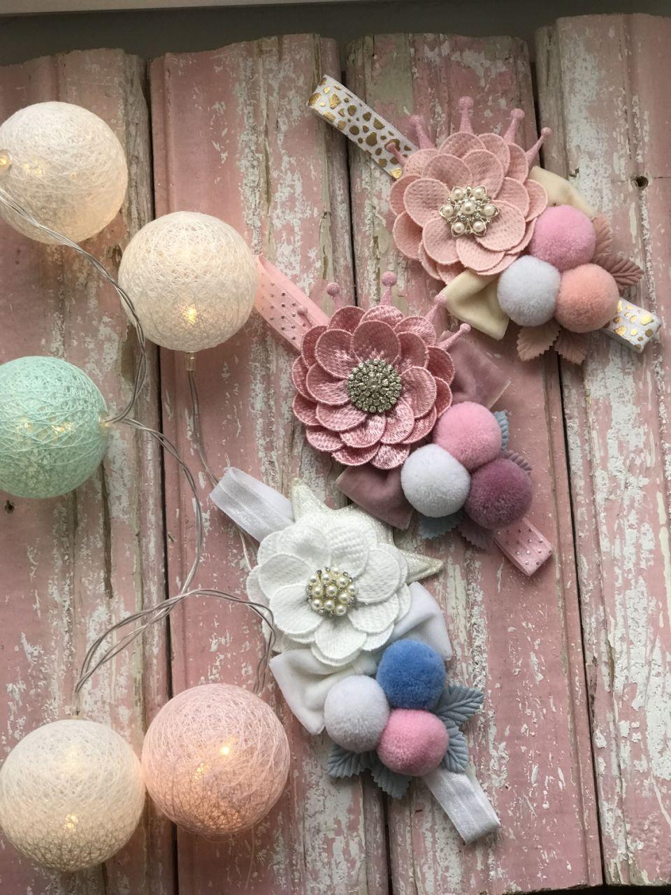 Повязка ручной работы с цветком и помпонами (пастельная гамма)