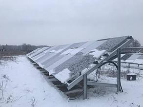 Установка солнечных панелей на столы металлоконструкций.