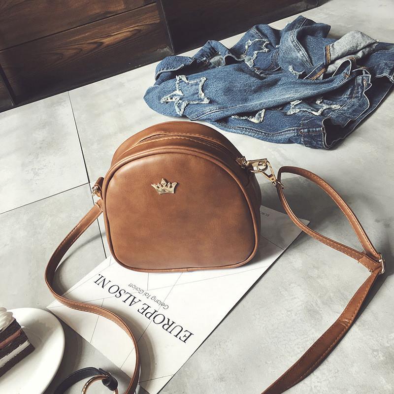 Женская маленькая сумочка на молнии полукруглая коричневая
