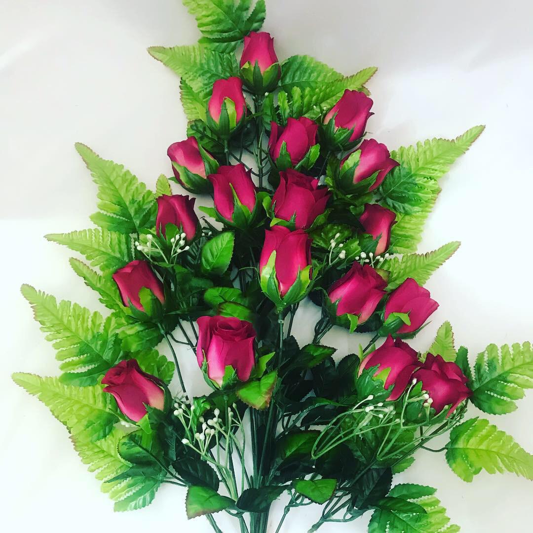 Искусственная роза на папоротнике.