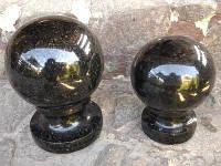 Шар из черного гранита с ножкой (лабрадорит)