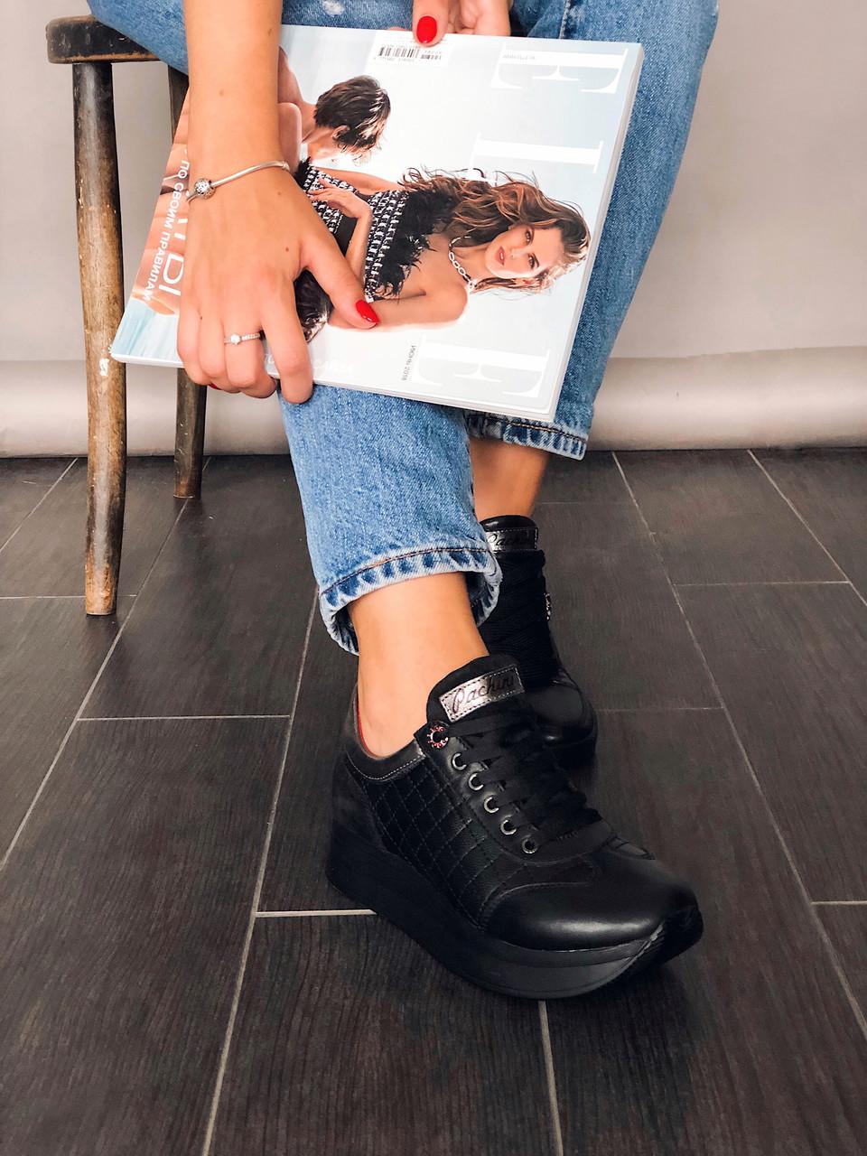 Модные женские кожаные кроссовки со стеганными вставками Carlo Pachini