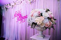 Тканевая фотозона с декоративными цветами