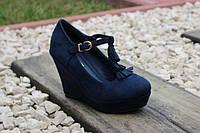 Женские стильные туфли на танкетке с кисточками