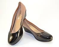 Качественные женские туфли на танкетке из экокожи