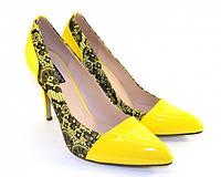 Элегантные жёлтые туфли с кружевными вставками
