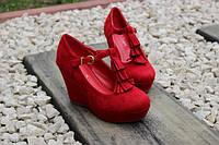 Очаровательные женские красные туфли на танкетке
