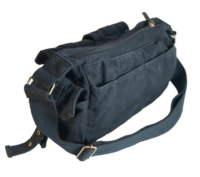 Молодежная мужская черная сумка вид сзади