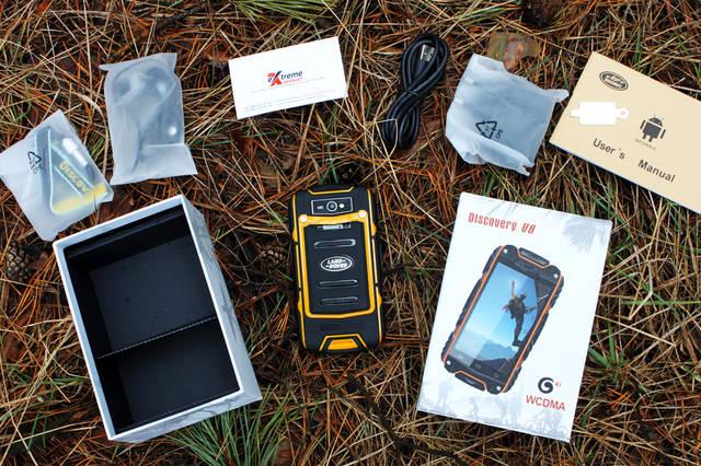 Комплектация: фирменная коробка, ремешок, карабин, наушники, USB-кабель, зарядное устройство, руководство пользователя на английском языке, отвертка и, собственно, сам телефон Discovery V8.