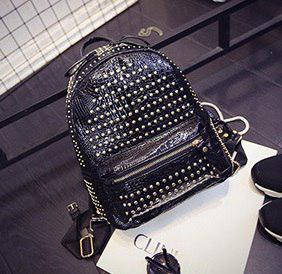 Рюкзак черный в заклепках